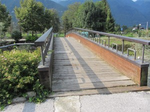 Wooden bridge to Refino